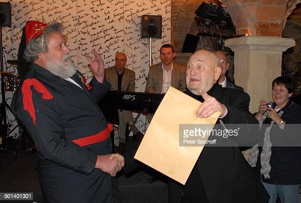 Rolf Hoppe mit 'Weihnachtsmann' dahinter Mitglieder Musikgruppe 'Tumba Ito' Geburtstagsfeier und Gala zum 80 Geburtstag von Rolf Hoppe Theater 'Rolf...