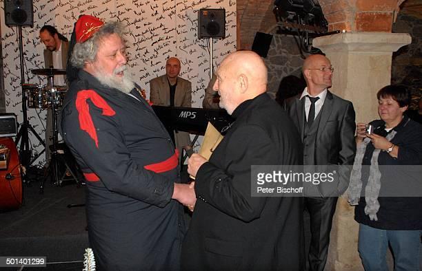 Rolf Hoppe mit 'Weihnachtsmann' dahinter rechts Schwiegersohn Dirk Neumann und Mitglieder Musikgruppe 'Tumba Ito' Geburtstagsfeier und Gala zum 80...