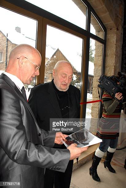 Rolf Hoppe Schwiegersohn Dirk Neumann dahinter Kamerafrau Geburtstagfeier und Gala zum 80 Geburtstag von Rolf Hoppe Theater 'Rolf Hoppes Hoftheater'...
