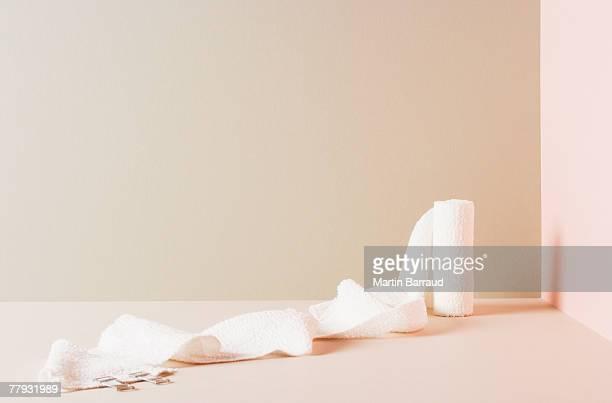Un rouleau de gaze assis dans une chambre d'angle