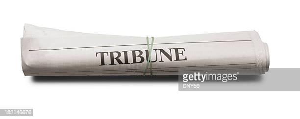 Hochgekrempelte Zeitung auf weißem Hintergrund