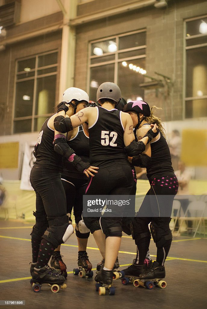 Roller derby hudle : Stock Photo