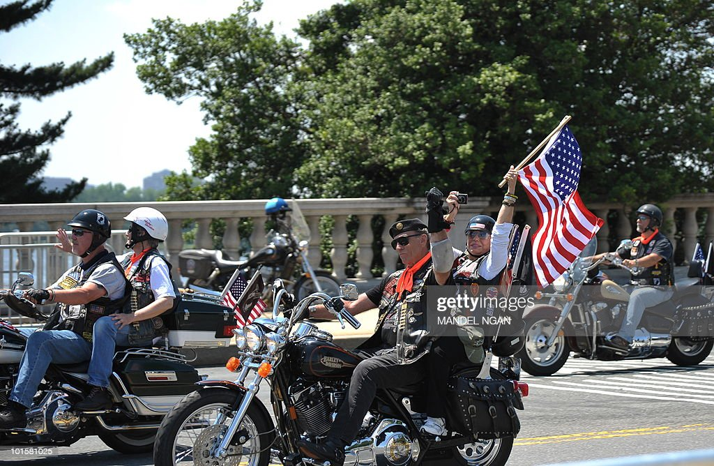 Rolling Thunder Founder and Executive Director Artie Muller (C) waves as he crosses Memorial Bridge during the Rolling Thunder demonstration on May 30, 2010 in Washington. The Memorial Day weekend event is to draw attention to the issue of prisoners of war and those who are missing in action. AFP PHOTO/Mandel NGAN