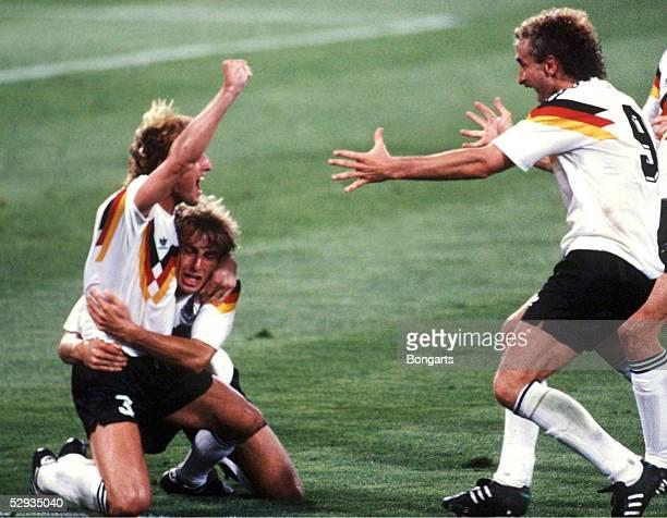 WM 1990 Rom FINALE DEUTSCHLAND ARGENTINIEN 10 Andreas BREHME Juergen KLINSMANN Rudi VOELLER/GER