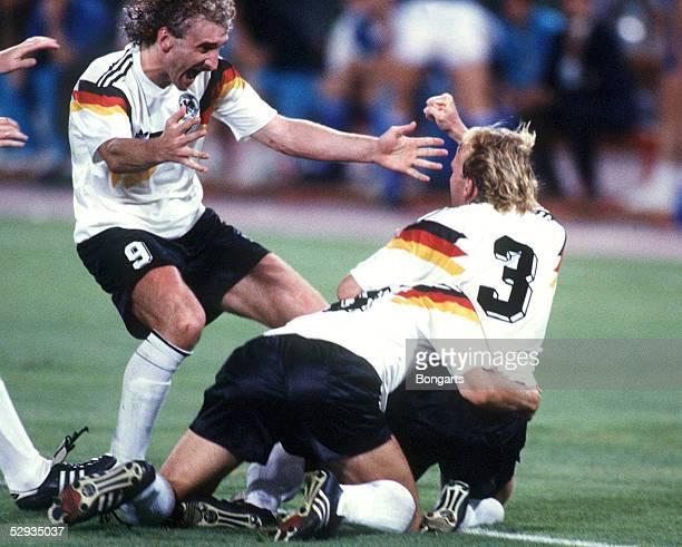 WM 1990 Rom FINALE DEUTSCHLAND ARGENTINIEN 10 Rudi VOELLER Juergen KLINSMANN Andreas BREHME/GER