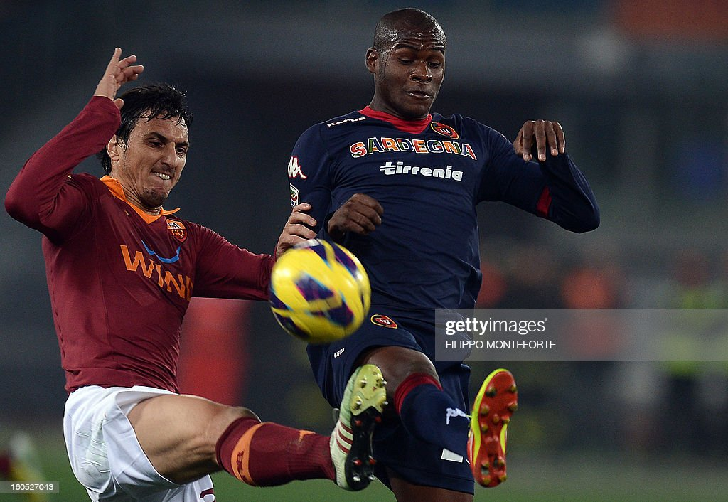 Roma Argentine defender Nicolas AndrEs Burdisso (L) vies with Cagliari colombian midfielder Victor Segundo Guerrero Ibarbo during the Serie A football match AS Roma vs Cagliari in Rome's Olympic Stadium on Febuary 1, 2013.