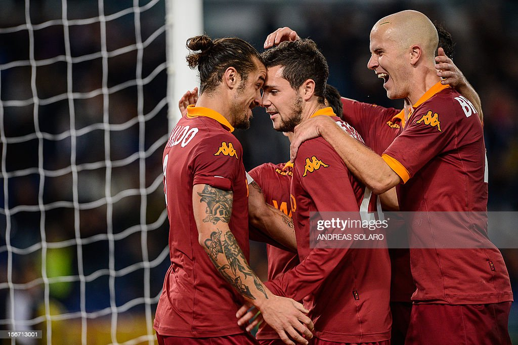 AS Roma Argentinian forward Pablo Daniel Osvaldo (C) celebrates with his team mates after scoring the penalty during their Italian Serie A football match opposing AS Roma to Torino on November 19, 2012 at Rome's Olympic stadium.