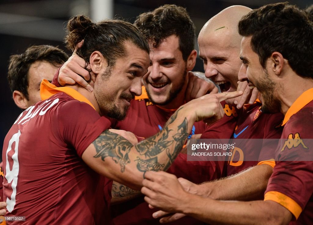 AS Roma Argentinian forward Pablo Daniel Osvaldo (L) celebrates with his team mates after scoring the penalty during their Italian Serie A football match opposing AS Roma to Torino on November 19, 2012 at Rome's Olympic stadium.
