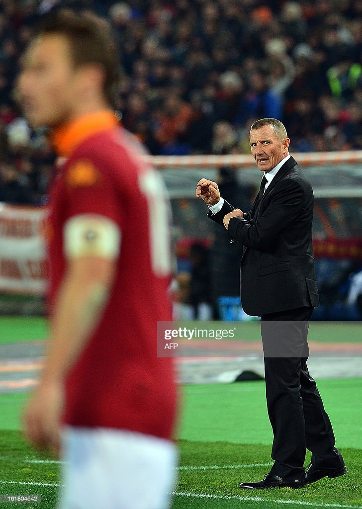 AS Roma coach Aurelio Andreazzoli looks at AS Roma forward Francesco Totti during the Italian Serie A football match between AS Roma and Juventus on February 16, 2013 at the Olympic Stadium in Rome. AFP PHOTO / GABRIEL BOUYS