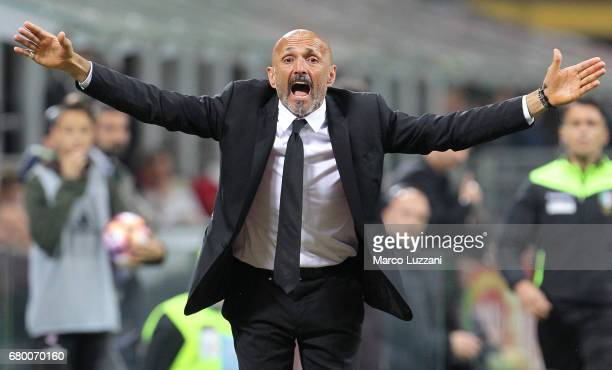 Roma coach Luciano Spalletti shouts to his players durin the Serie A match between AC Milan and AS Roma at Stadio Giuseppe Meazza on May 7 2017 in...