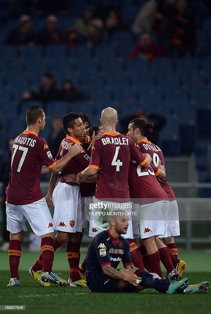 AS Roma forward Francesco Totti (C) celebrates with teamates after scoring against Cagliari during the Serie A football match AS Roma vs Cagliari in Rome's Olympic Stadium on Febuary 1, 2013. AFP PHOTO / FILIPPO MONTEFORTE