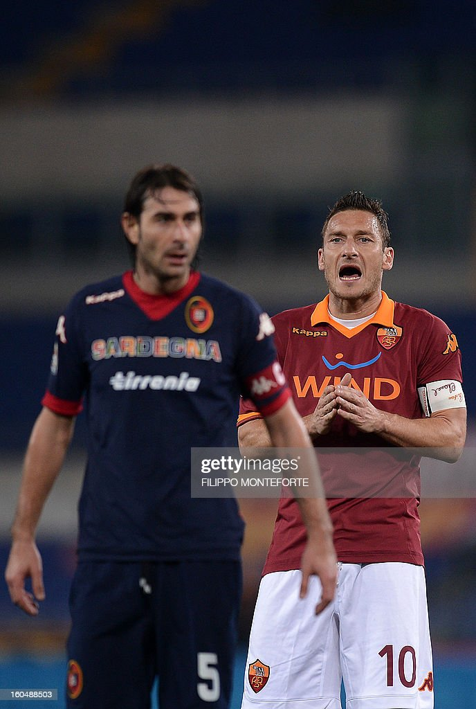 AS Roma Francesco Totti (R) reacts against Cagliari midfielder Daniele Conti during the Serie A football match AS Roma vs Cagliari in Rome's Olympic Stadium on Febuary 1, 2013. AFP PHOTO / FILIPPO MONTEFORTE