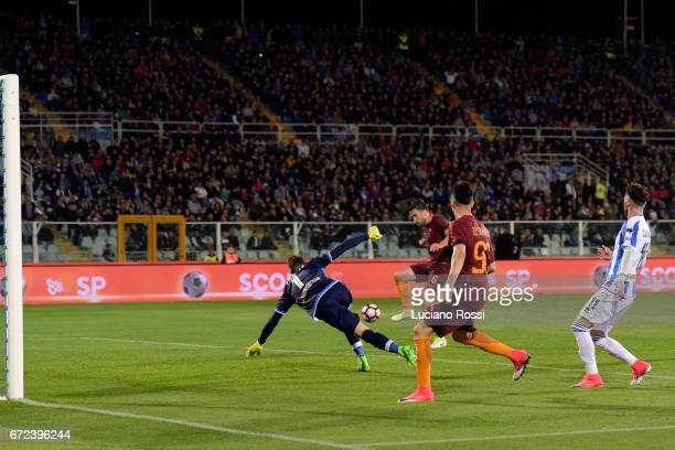 Roma player Kevin Strootman scores the goal during the Serie A match between Pescara Calcio and AS Roma at Adriatico Stadium on April 24 2017 in...