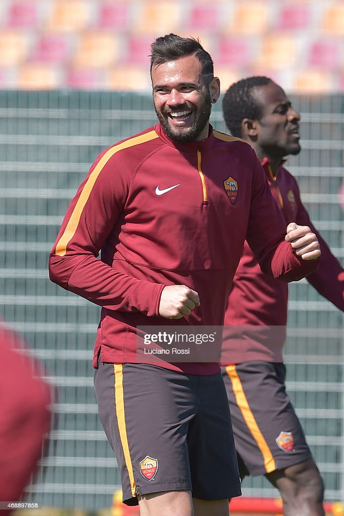 AS Roma player <a gi-track='captionPersonalityLinkClicked' href=/galleries/search?phrase=Leandro+Castan&family=editorial&specificpeople=5891971 ng-click='$event.stopPropagation()'>Leandro Castan</a> during an AS Roma training session at Centro Sportivo Fulvio Bernardini on April 8, 2015 in Rome, Italy.