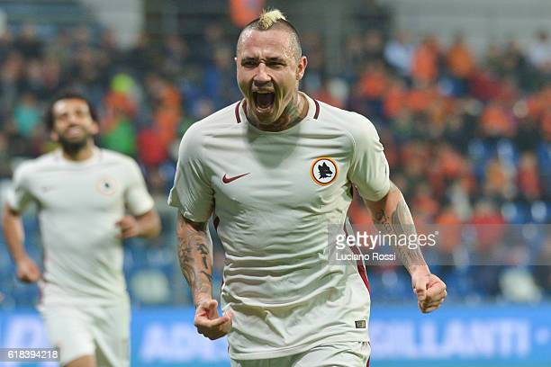 AS Roma player Radja Nainggolan celebrates during the Serie A match between US Sassuolo and AS Roma at Mapei Stadium Citta' del Tricolore on October...