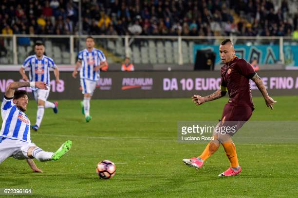 Roma player Radja Nainggolan scores the goal during the Serie A match between Pescara Calcio and AS Roma at Adriatico Stadium on April 24 2017 in...