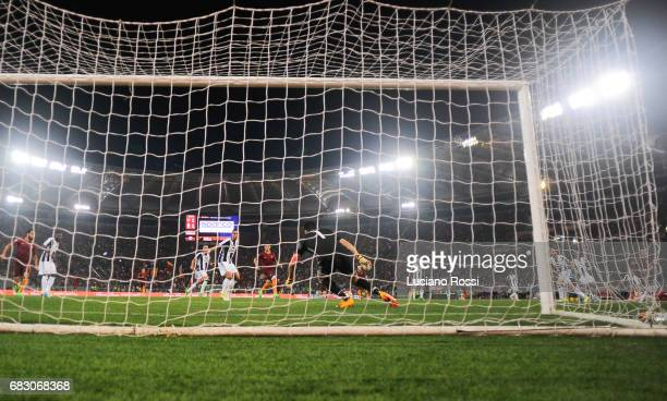 Roma player Stephan El Shaarawy scores the goal during the Serie A match between AS Roma and Juventus FC at Stadio Olimpico on May 14 2017 in Rome...
