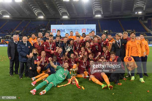 Roma players celebrate with the trophy after the Primavera Tim Cup juvenile final match between AS Roma and Virtus Entella at Olimpico Stadium on...
