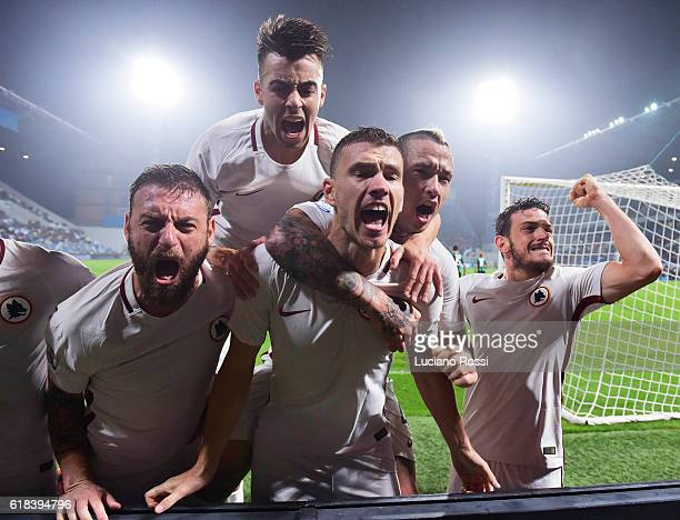 AS Roma players celebrates after second goal scored by Edin Dzeko during the Serie A match between US Sassuolo and AS Roma at Mapei Stadium Citta'...
