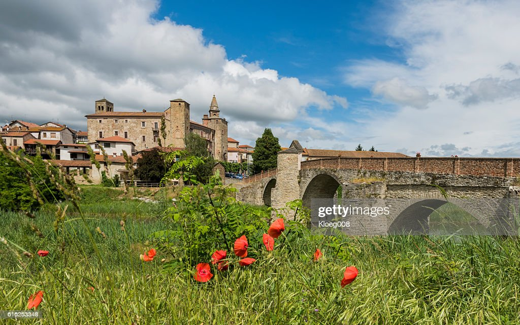 Roman Bridge, River and Church of Monastero Bormida, Piedmont : Foto de stock