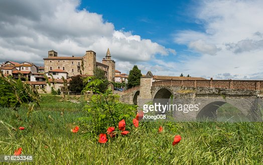Roman Bridge, River and Church of Monastero Bormida, Piedmont : Foto de stock