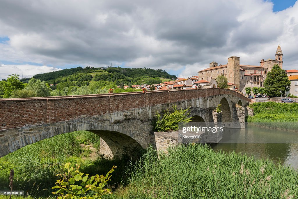 Roman Bridge, River Bormida and Church of Monastero Bormida, Pie : Foto de stock