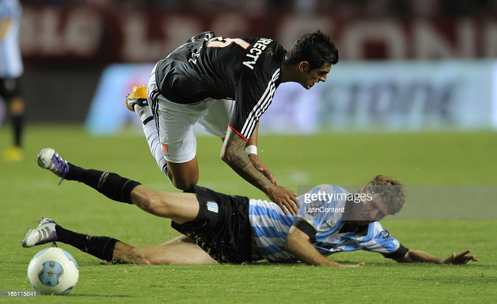 Roman Martinez (T) of Estudiantes de La Plata fights for the ball with <a gi-track='captionPersonalityLinkClicked' href=/galleries/search?phrase=Mario+Bolatti&family=editorial&specificpeople=4695030 ng-click='$event.stopPropagation()'>Mario Bolatti</a> (D) of Racing Club during a match as part of the 7th round of the Torneo Final 2013 at Ciudad de La Plata stadium on March 30, 2013 in La Plata, Argentina.