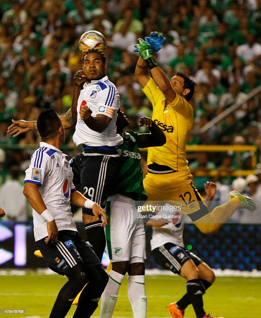 Roman Torres of Millonarios and Ernesto Hernandez of Cali goes for a header during a second leg match between Deportivo Cali and Millonarios as part of final round of Liga Aguila I 2015 at Deportivo Cali Stadium on May 31, 2015 in Palmira, Colombia.