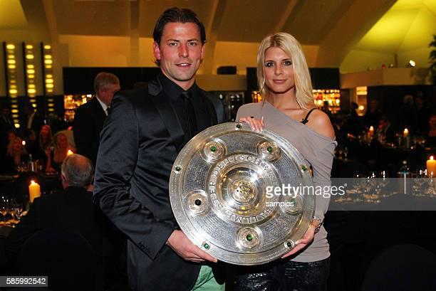 Roman Weidenfeller Borussia Dortmund mit Freundin lisa mit Meisterschale Fussball Saison 2011 / 12 1 Bundesliga Borussia Dortmund feiert die...