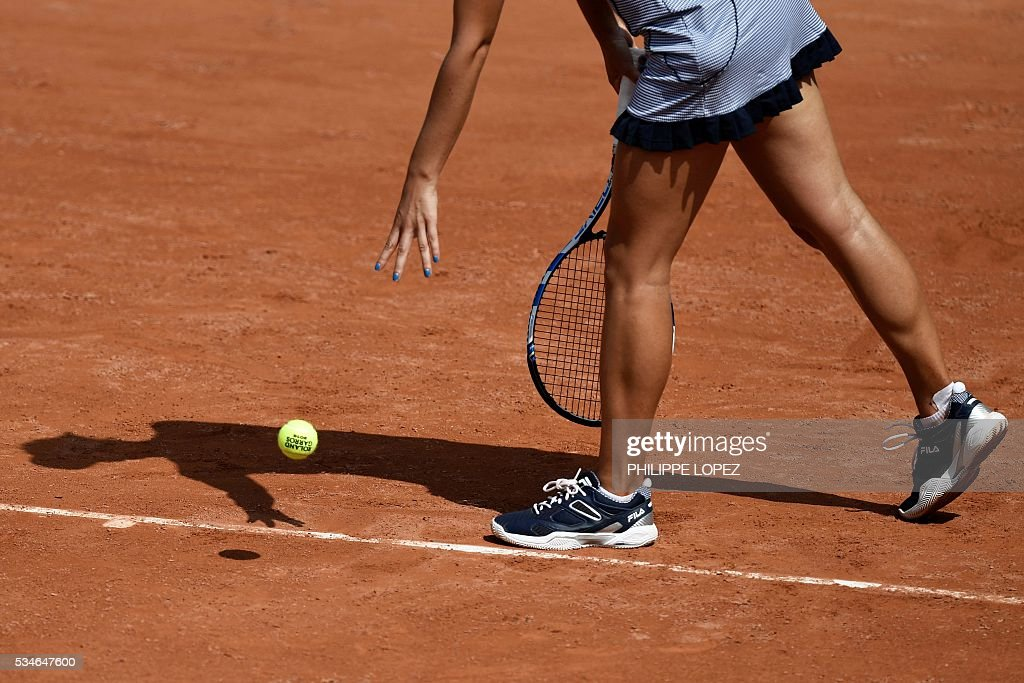 Romania's Irina Begu prepares to serve the ball to Germany's Annika Beck during their women's third round match at the Roland Garros 2016 French Tennis Open in Paris on May 27, 2016. / AFP / PHILIPPE