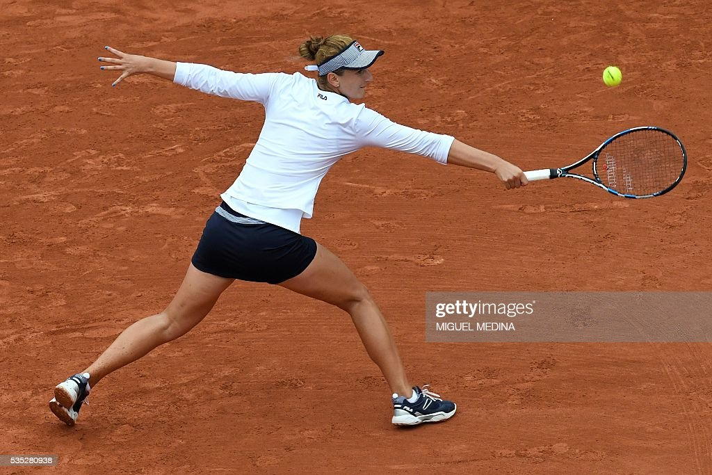 Romania's Irina Begu returns the ball to US player Shelby Rogers during their women's fourth round match at the Roland Garros 2016 French Tennis Open in Paris on May 29, 2016. / AFP / MIGUEL