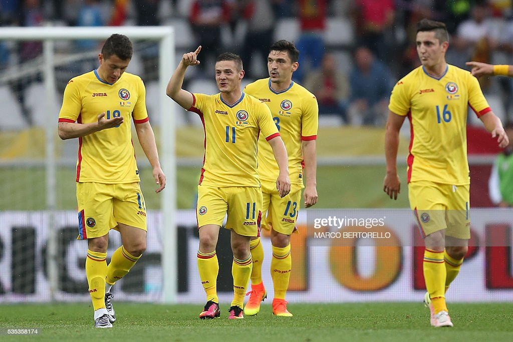Romania's midfielder Gabriel Torje (L) celebrates after scoring during the international friendly football match between Romania and Ukraine at 'Grande Torino Stadium' in Turin, on May 29, 2016. / AFP / MARCO