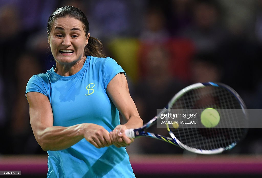 Romania's Monica Niculescu returns the ball to Czech Republic's Petra Klitova during FedCup World Cup first round tennis match at 'Sala Polivalenta Cluj Napoca' hall in Cluj Napoca city February 6, 2015. / AFP / DANIEL MIHAILESCU