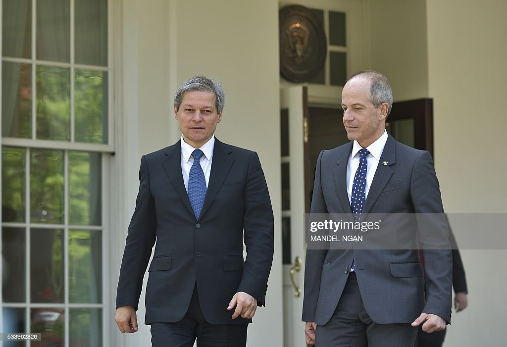 Romania's Prime Minister Dacian Ciolos (L) makes his way from the West Wing following a meeting with US Vice President Joe Biden at the White House on May 24, 2016 in Washington, DC. / AFP / MANDEL