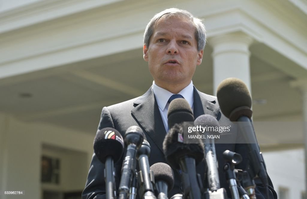 Romania's Prime Minister Dacian Ciolos speaks to the media outside of the West Wing following a meeting with US Vice President Joe Biden at the White House on May 24, 2016 in Washington, DC. / AFP / Mandel NGAN