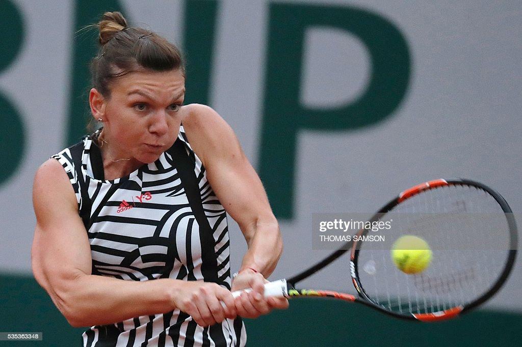 Romania's Simona Halep returns the ball to Australia's Samantha Stosur during their women's fourth round match at the Roland Garros 2016 French Tennis Open in Paris on May 29, 2016. / AFP / Thomas SAMSON