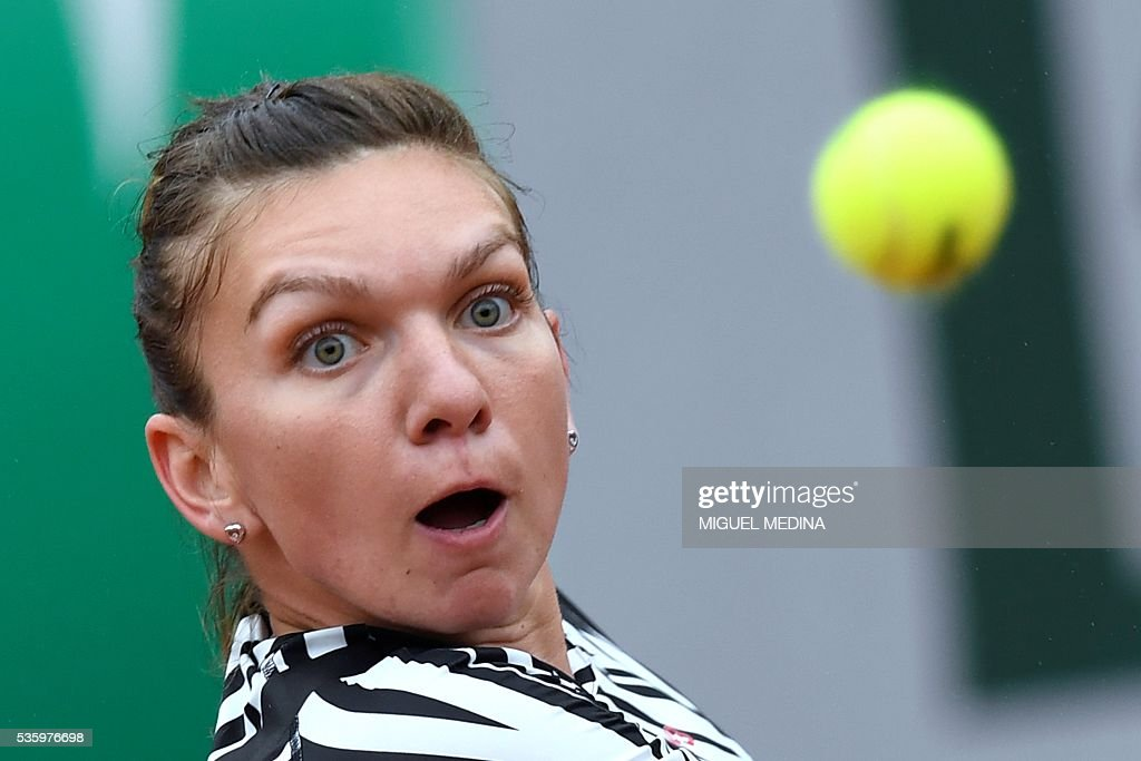 Romania's Simona Halep returns the ball to Australia's Samantha Stosur during their women's fourth round match at the Roland Garros 2016 French Tennis Open in Paris on May 31, 2016. / AFP / MIGUEL