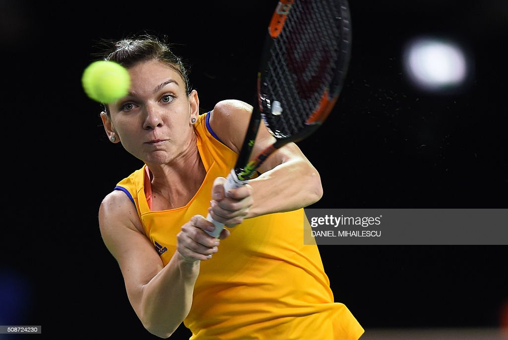 Romania's Simona Halep returns the ball to Czech Republic's Karolina Pliskova (unseen) during FedCup World Cup first round tennis match at 'Sala Polivalenta Cluj Napoca' hall in Cluj Napoca city on February 6, 2016. / AFP / DANIEL MIHAILESCU