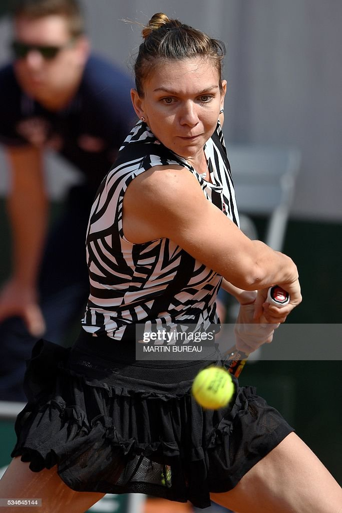 Romania's Simona Halep returns the ball to Japan's Naomi Osaka during their women's second round match at the Roland Garros 2016 French Tennis Open in Paris on May 26, 2016. / AFP / MARTIN