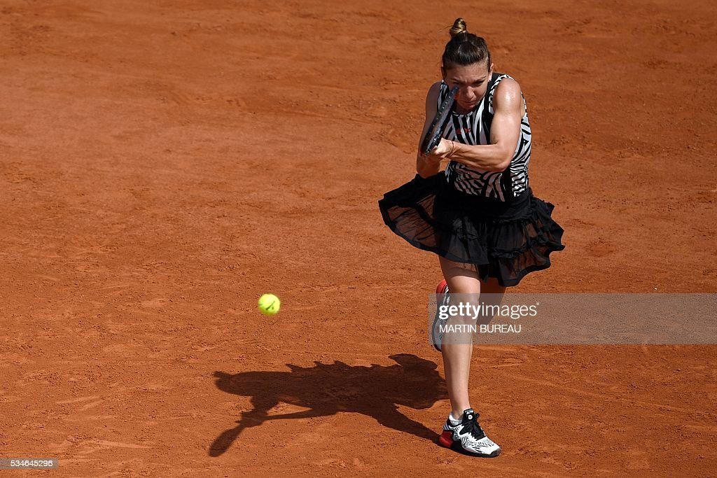 Romania's Simona Halep returns the ball to Japan's Naomi Osaka during their women's third round match at the Roland Garros 2016 French Tennis Open in Paris on May 27, 2016. / AFP / MARTIN
