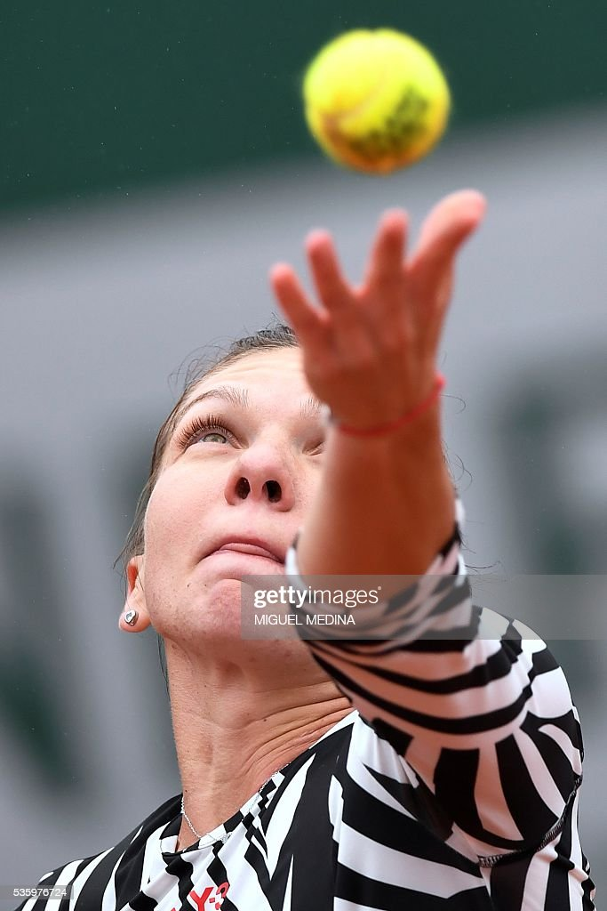 Romania's Simona Halep serves the ball to Australia's Samantha Stosur during their women's fourth round match at the Roland Garros 2016 French Tennis Open in Paris on May 31, 2016. / AFP / MIGUEL