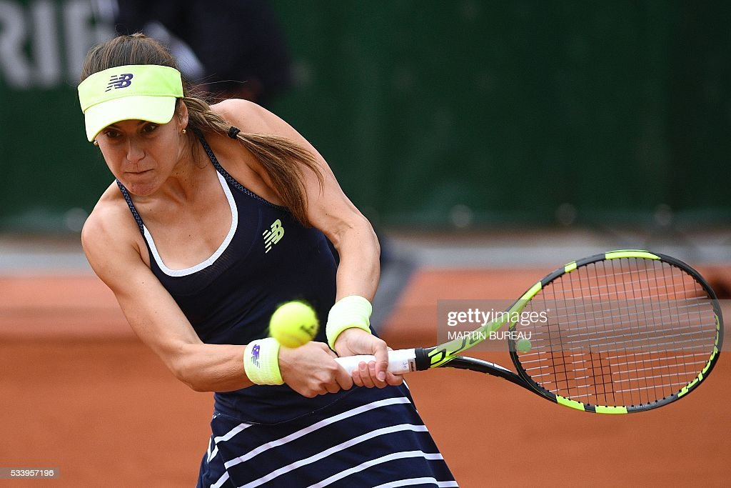 Romania's Sorana Cirstea hits a return to Ukraine's Elina Svitolina on their women's first round match at the Roland Garros 2016 French Tennis Open in Paris on May 24, 2016. / AFP / MARTIN