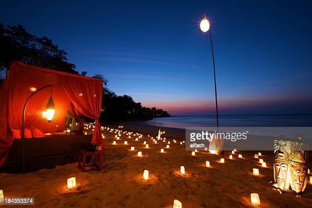 Romantisches Abendessen am Strand in einem tropischen Paradies