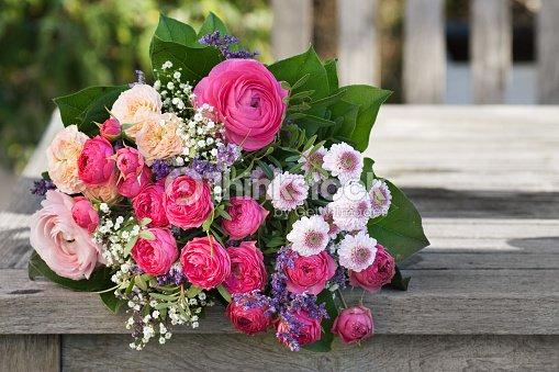 romantique bouquet de roses rose p le photo thinkstock. Black Bedroom Furniture Sets. Home Design Ideas