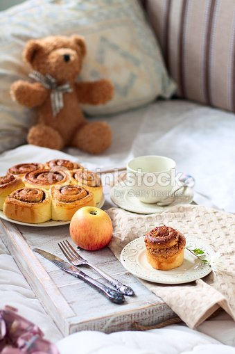 romantisches fr hst ck im bett stock foto thinkstock. Black Bedroom Furniture Sets. Home Design Ideas