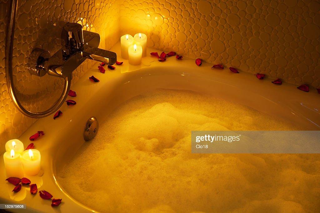 Bagno Romantico Foto : Romantico bagno pieno di schiuma foto stock thinkstock