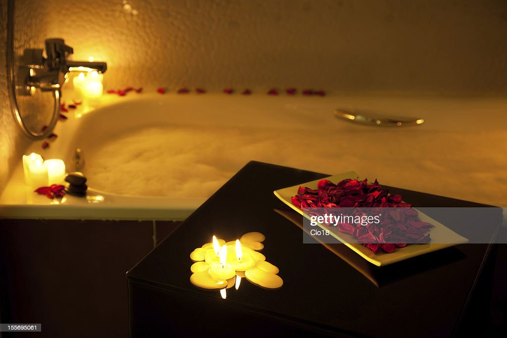 Bagno Romantico Foto : Italia südtirol coppia bagno romantico in hotel foto royalty