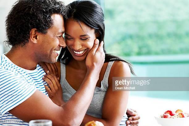 Romantisches Paar Am Frühstückstisch