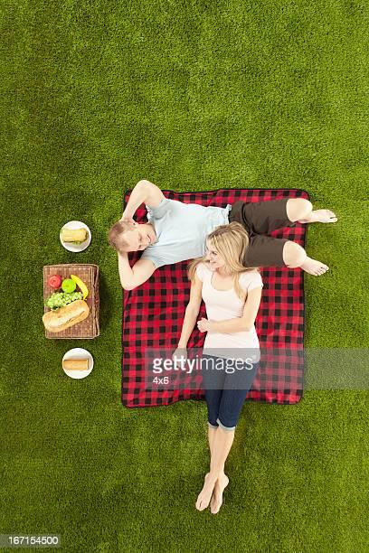 ロマンチックなカップルに、公園でのピクニック