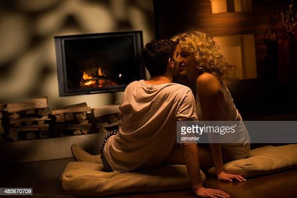 Coppia romantica accanto al caminetto